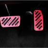 แป้นเหยียบเบรกและคันเร่งสีแดง