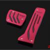 แป้นเยียบคันเร่งและเบรกสีแดง MAZDA3