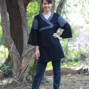 เสื้อผ้าฝ้ายแต่งด้วยงานตีเส้นและริ้วที่แขน